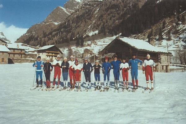 Gressoney St. Jean (AO).Foto di gruppo dei primi fondisti dello Sci Clubrisalente ai primi anni '70.Tra gli altri: Dino Cochis (sesto da sinistra) e Vincenzo La Camera (ultimo a destra).